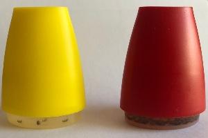 Obě pasti na octomilky se liší jen v barvě - červená se octomilkám líbí véce