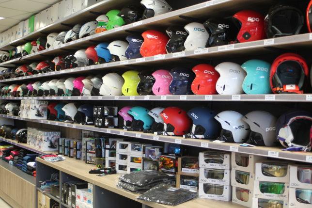 Přilby v prodejně AVEX SKI