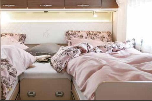 Etrusco 740 SB polointegrovaný AT - postel 2