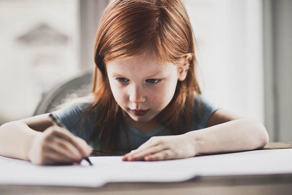 Dcera-se-soustředí-na-domácí-úkoly