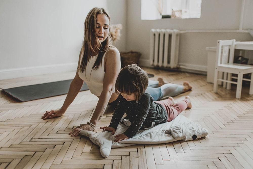 Maminka-a-dcera-cvičí-jógu-pro-děti