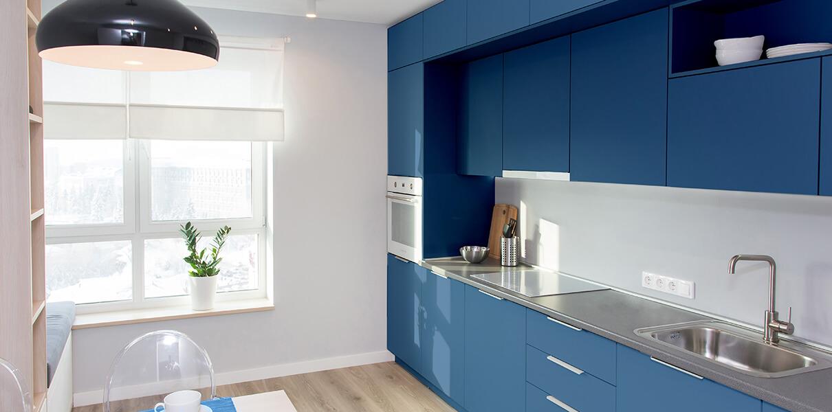 Modrá kuchyňská linka
