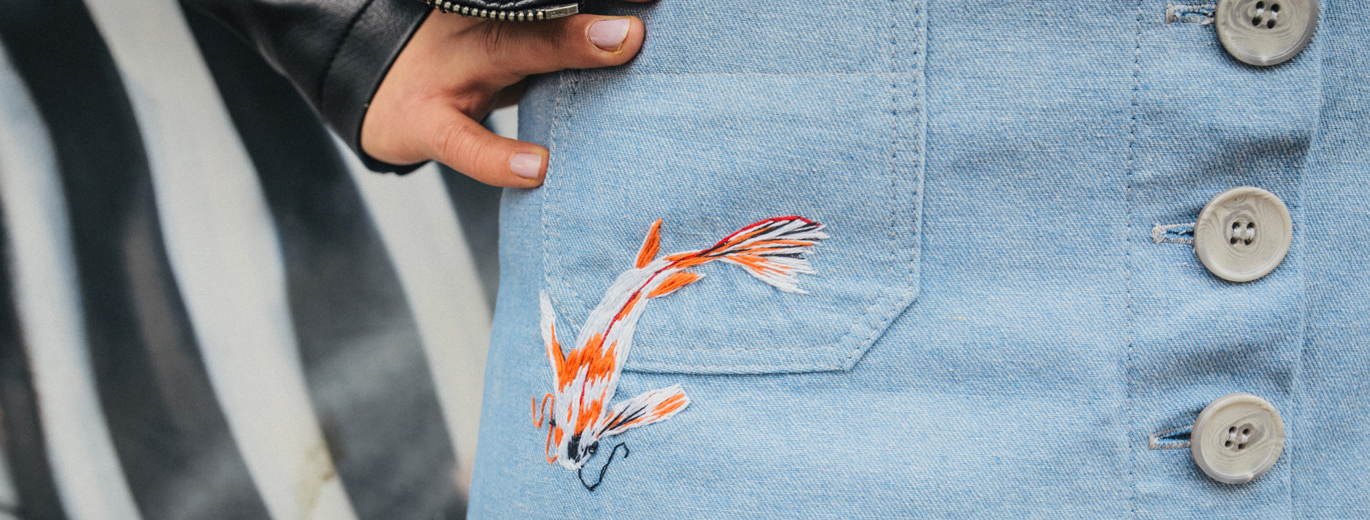 džínové sukně s výšivkou