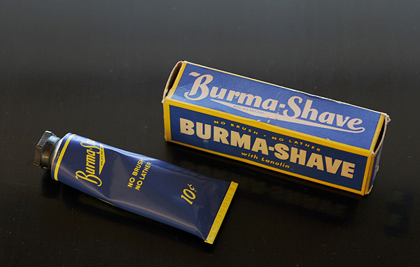 https://commons.wikimedia.org/wiki/File:Burma_Shave_Tube.jpg [Scheinwerfermann (CC BY-SA 3.0) ]