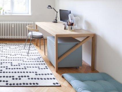 Pracovní dřevěny stůl