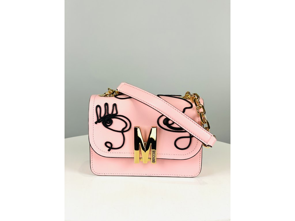 Růžová, kožená kabelka Moschino Couture (s černým prošívaným vzorem) a růžovo-zlatým řetízkem