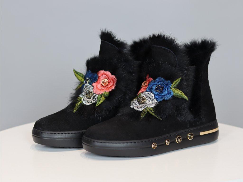 Dámské boty zdobené výšivkou a třemi štrasovými kameny