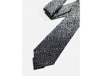 Černá kravata Versace s nápisem