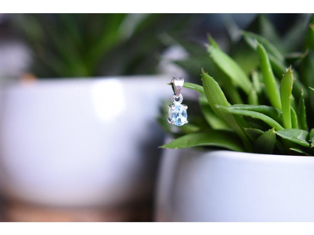 Přívěsek okouzlující modrý topaz přívěsek ve stříbře broušený AA kvalita (komunikace, meditace, spojení s anděly)