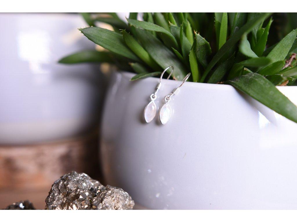 Náušnice vybroušené bílý měsíční kámen (s modrými odlesky) ve stříbře kapka (těhotenství, vnitřní žena, ženské orgány, duchovno, něha) AA kvalita