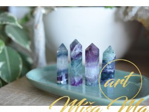 Fluorit obelisk (fialová, bílá, zelená) XL (jedinečný, vybroušený AA kvalita, ochrana, duchovní růst, neg.myšlenky)