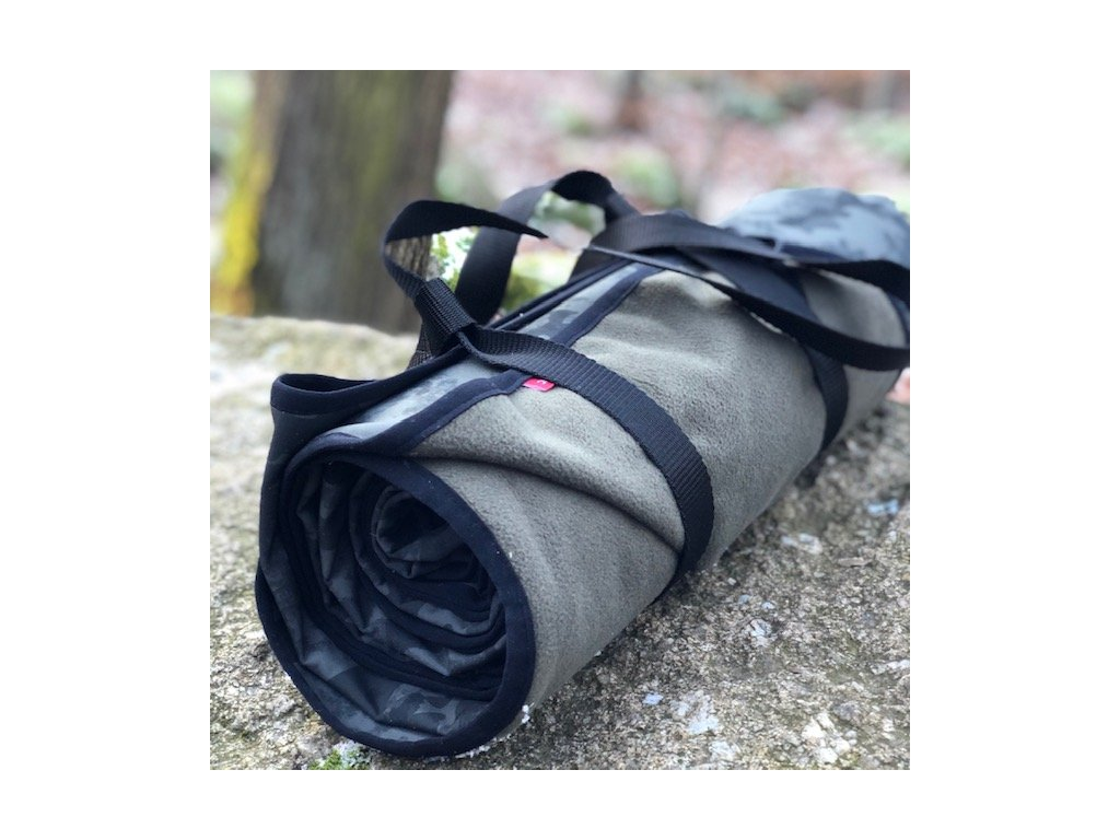 Softshellová deka pro rybáře - khaki maskáč s černým lemem a popruhem na nošení