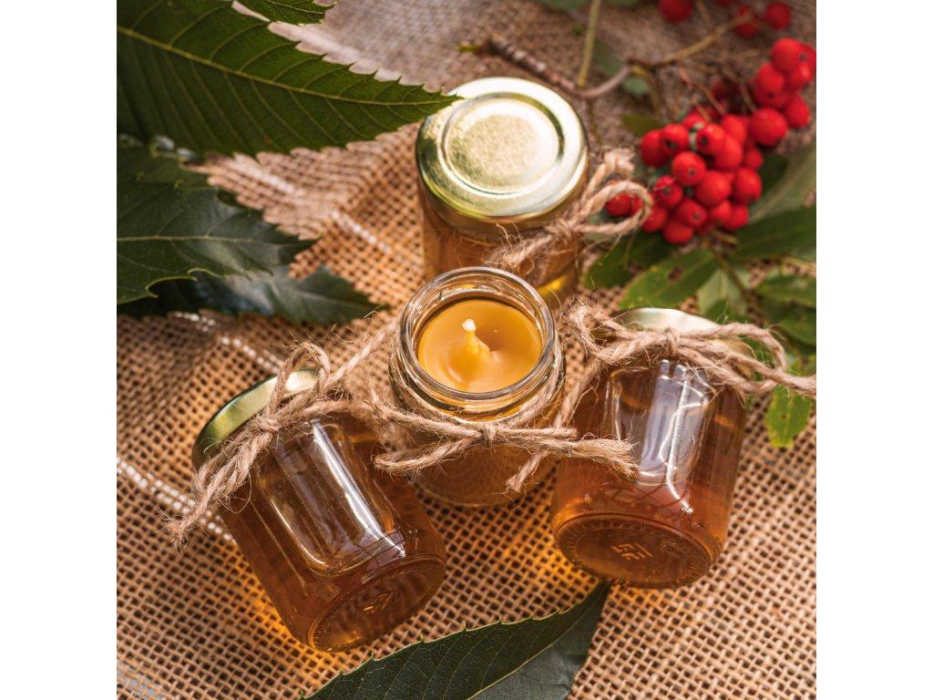 Svíčka z včelího vosku ve skleničce