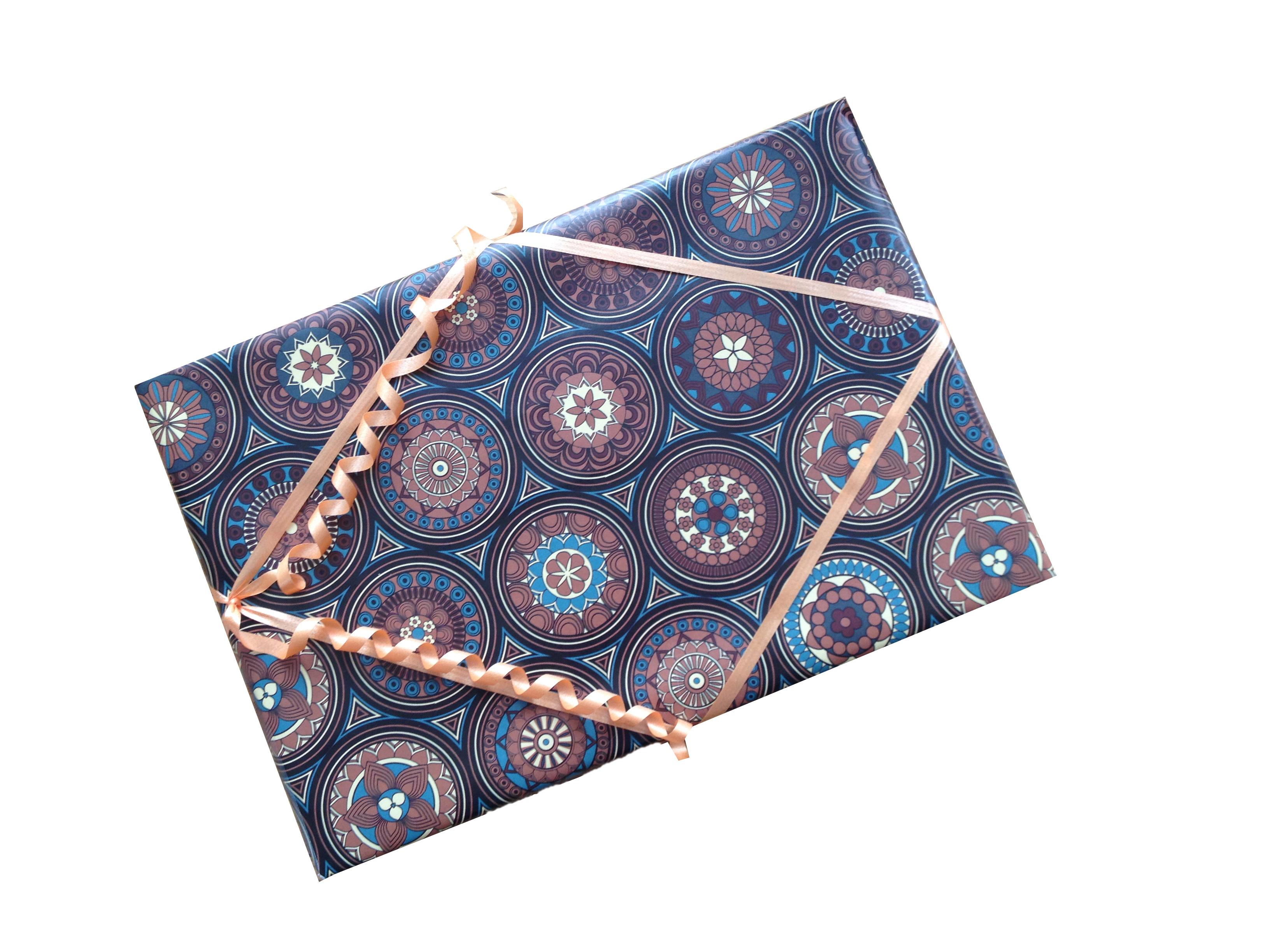Stolní mandalový kalendář s mandalovými kartami kalendář se sáčkem na karty a pastelkami OMEGA v dárkovém balení