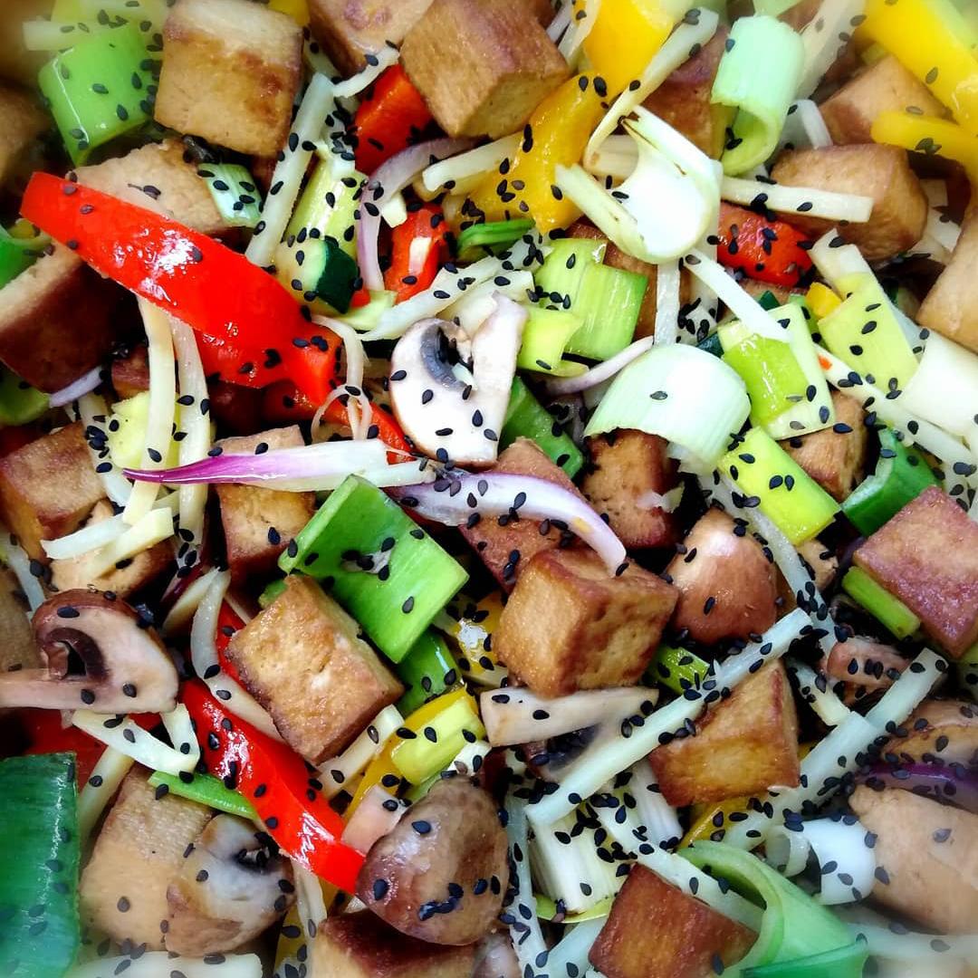 Recept: Smažené tofu se zeleninou a basmati rýží