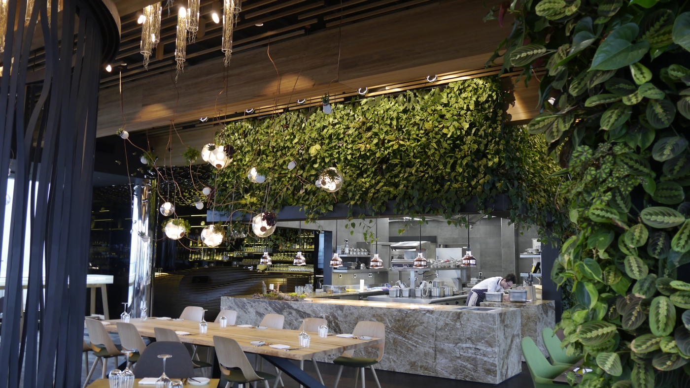 ziva_stena_z_rostlin_restaurace_entree