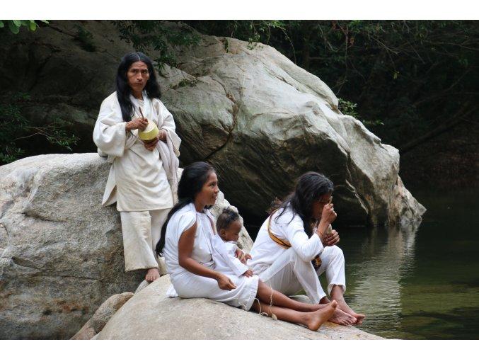 Bílé plátno na tradiční oblečení