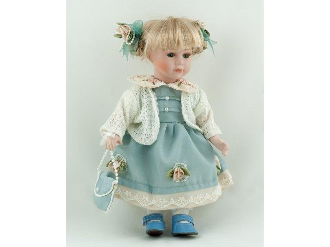Panenka v modrých šatech a bílém svetru