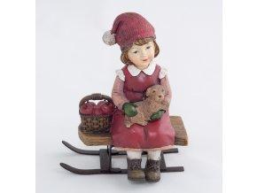 Zimní děvčátko sedící na saních