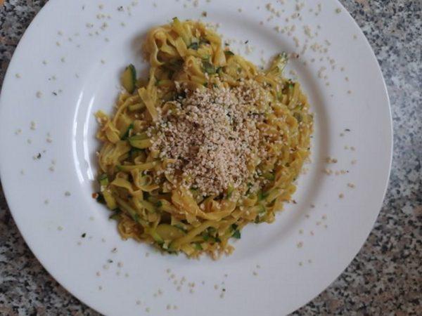 Recept na těstoviny s cuketou a konopnými semínky