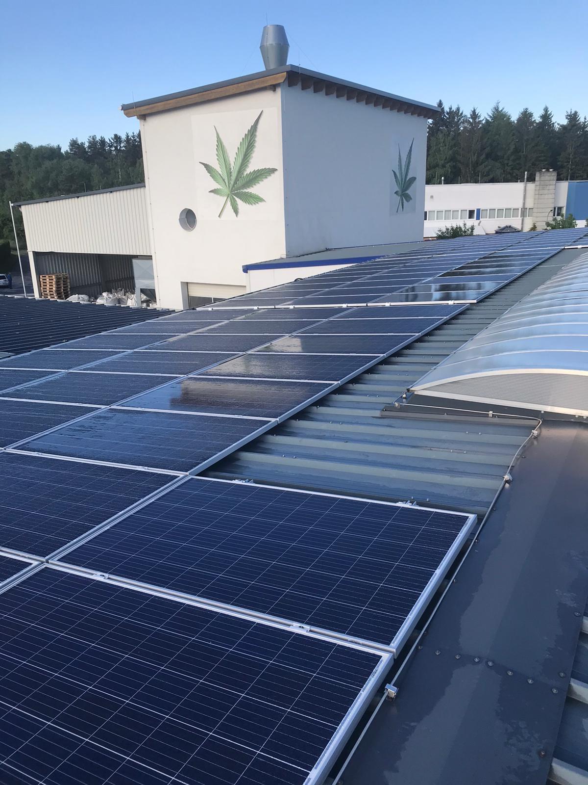 Solární panely na výrobním závodě našeho dodavatele