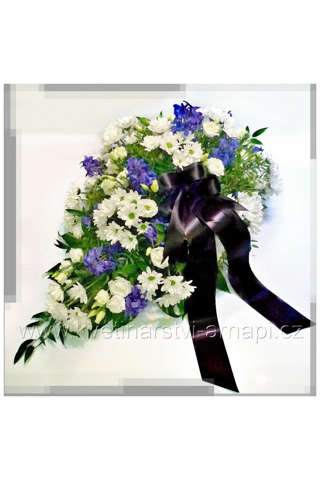 smutecni kytice v drzaku kvetinarstvi arnapi bilo modra rozvoz