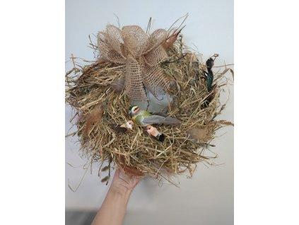 Jarní věnec - ptačí hnízdo