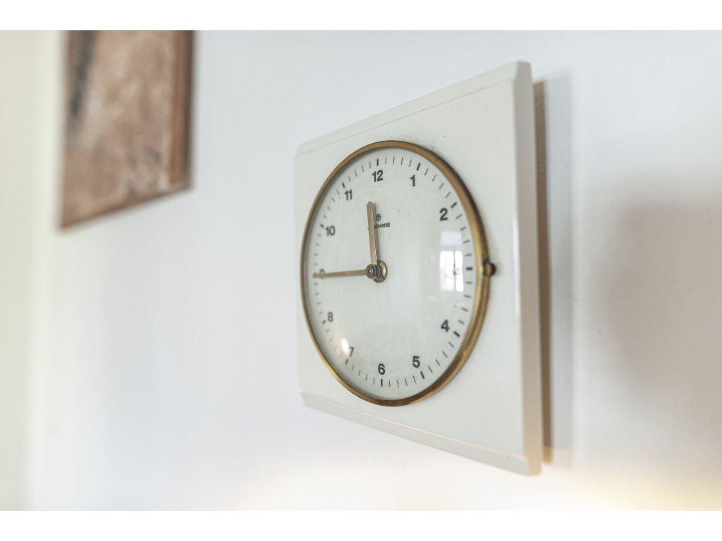 nástěnné hodiny šířka 23cm, výška 31cm