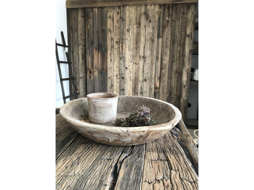 Velká ručně dlabaná mísa ze starého dřeva