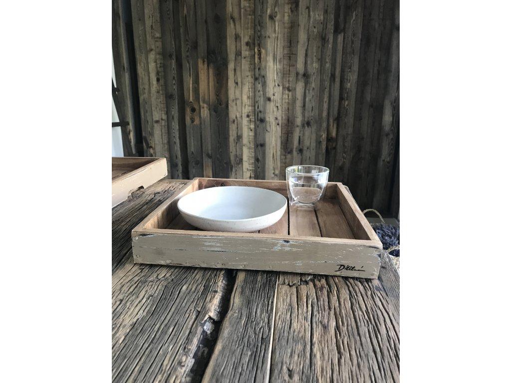 Designový střední 34x32x5 cm ručně vyráběný servírovací tácek z tvrdého dřeva