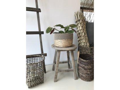 Stolička ze starého šedého dřeva