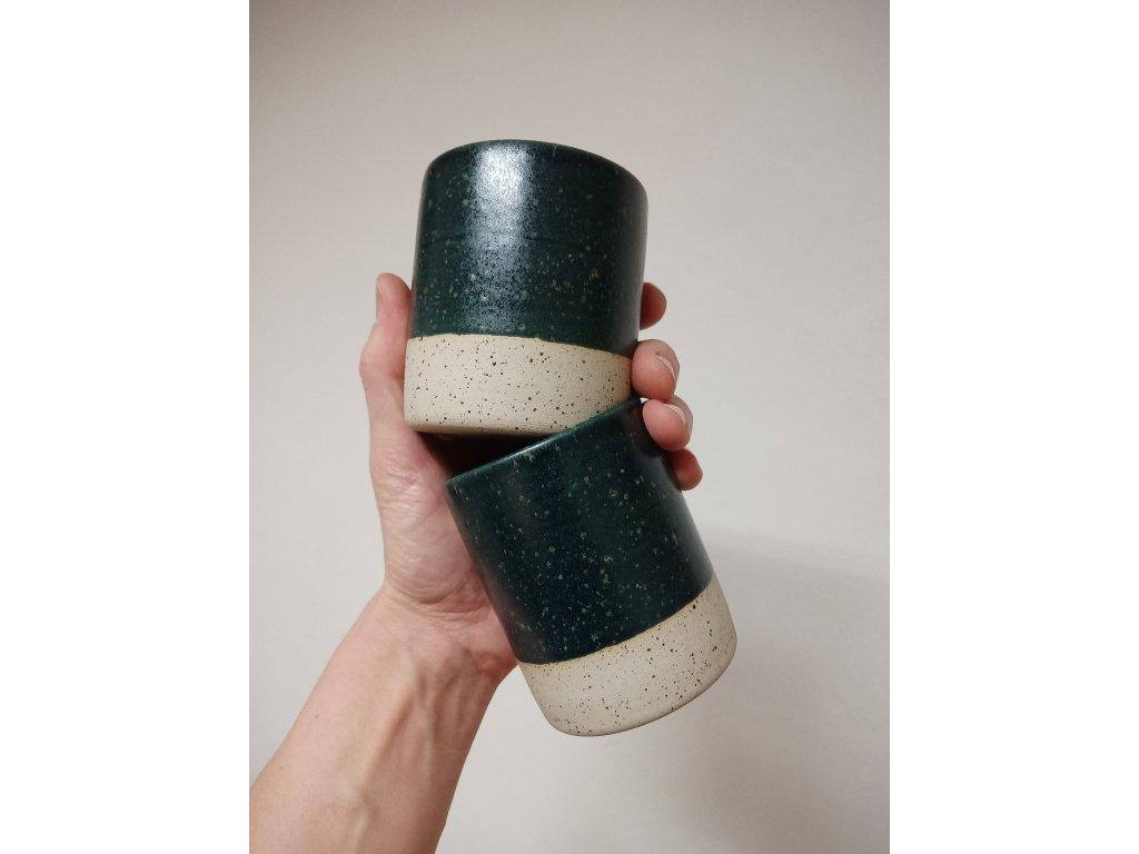 Šálek z tečkované kameniny