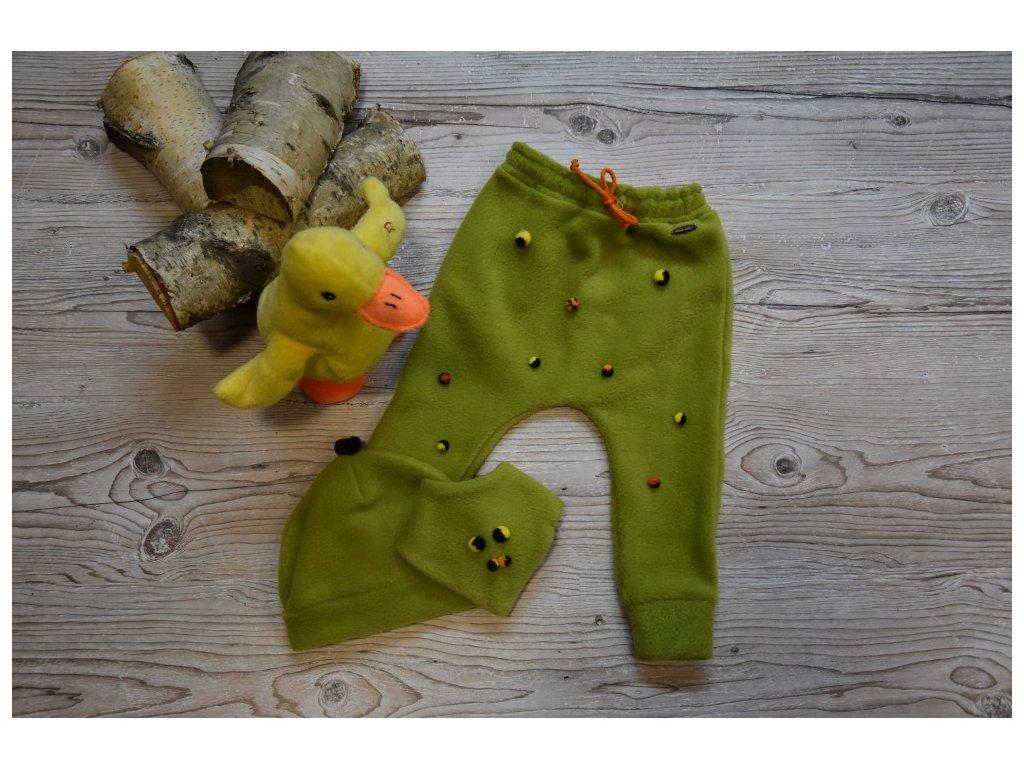 SET kalhoty, čepička, šátek zelený  s barevnými bambulkami