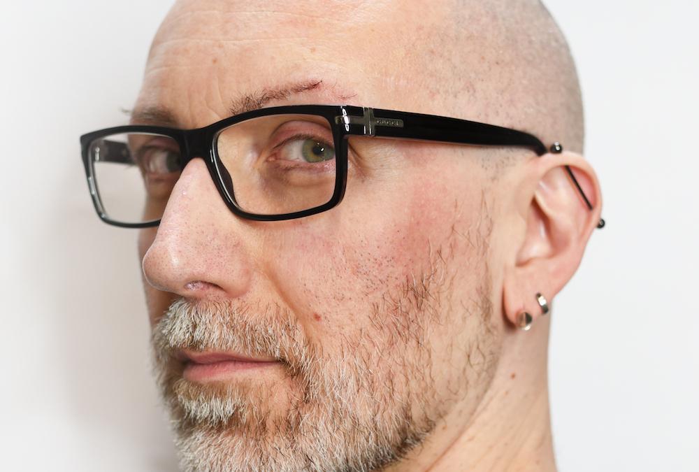Cory Bomb - Minimalista v rouše kadeřníka
