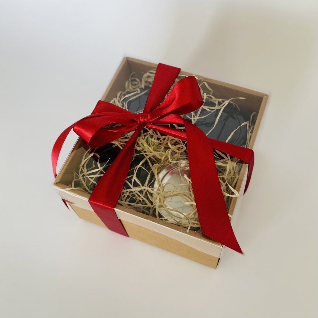 Dárková krabička s červenou mašlí