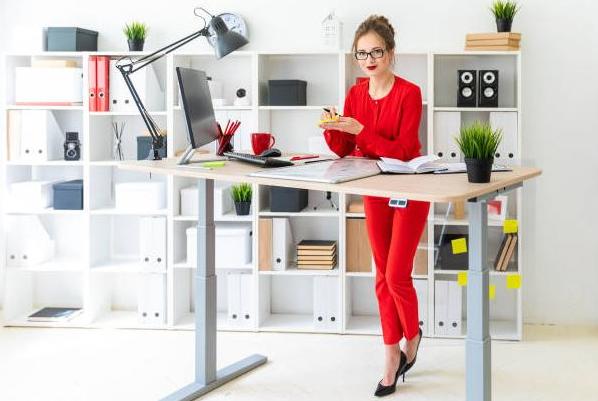 Jak správně vybrat výškově nastavitelný stůl?