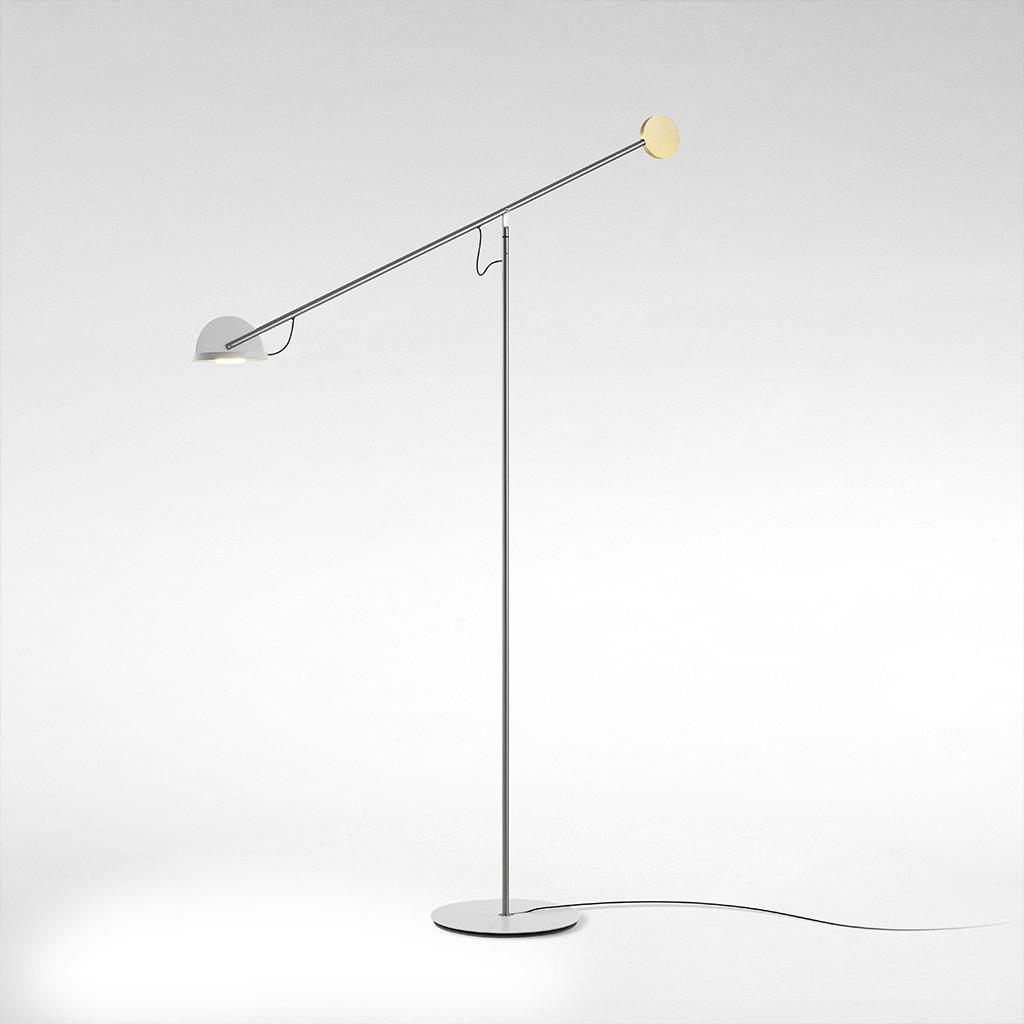 Designová stojací lampa v technickém stylu