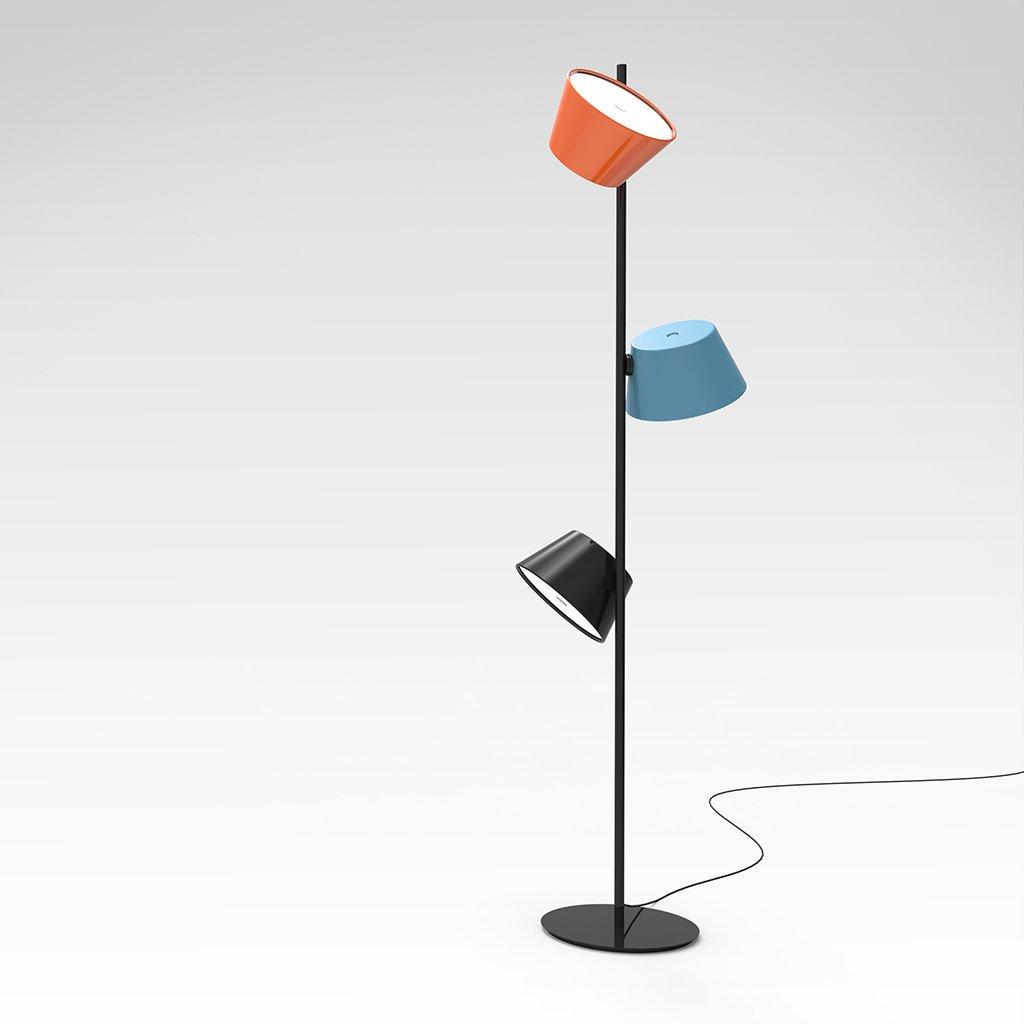 barevná stojací lampa
