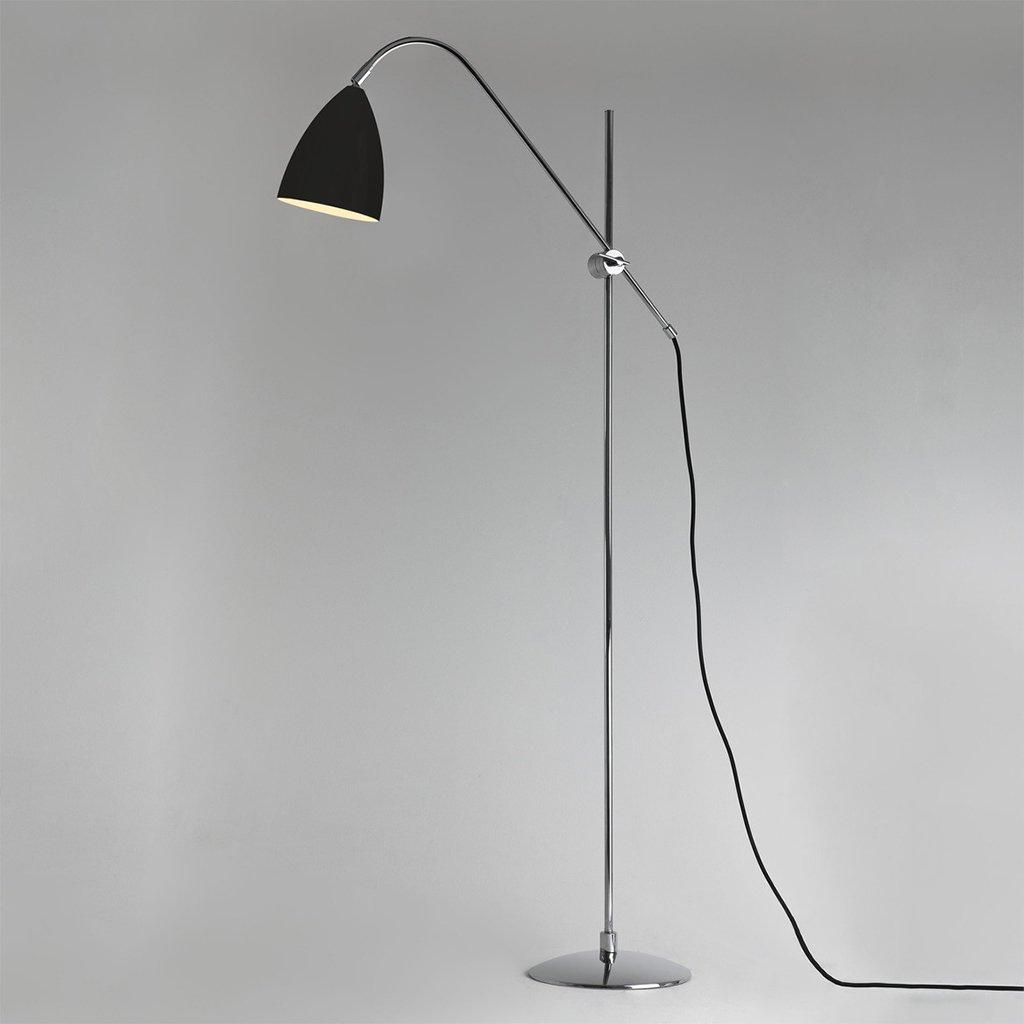 chromová stojací lampa