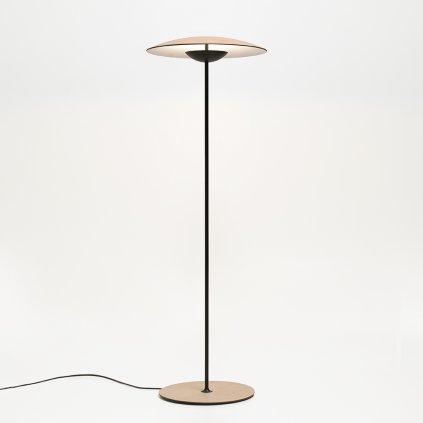 dřevěná stojací lampa