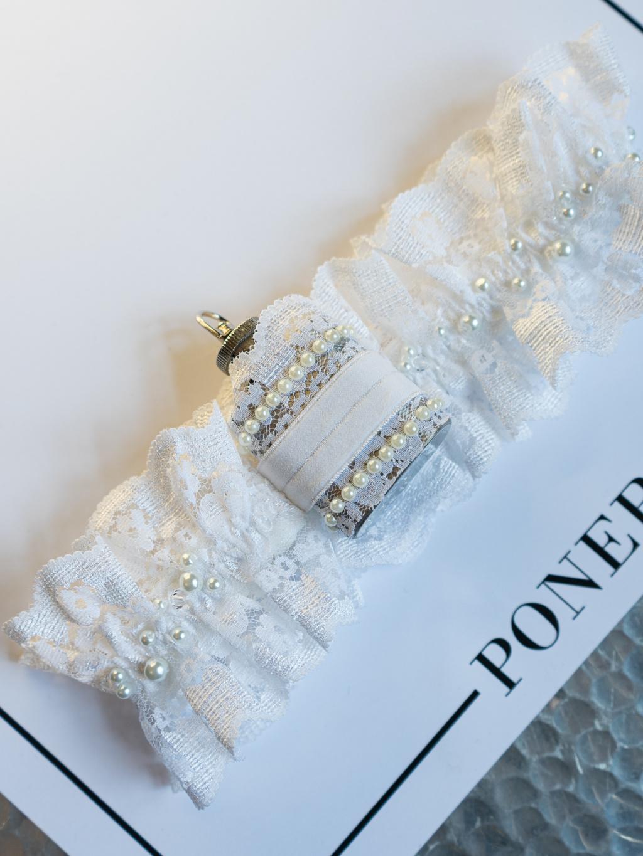 Krajkový svatební podvazek s placatou M