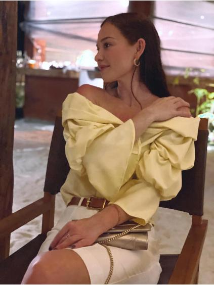 Nikol v žluté košili