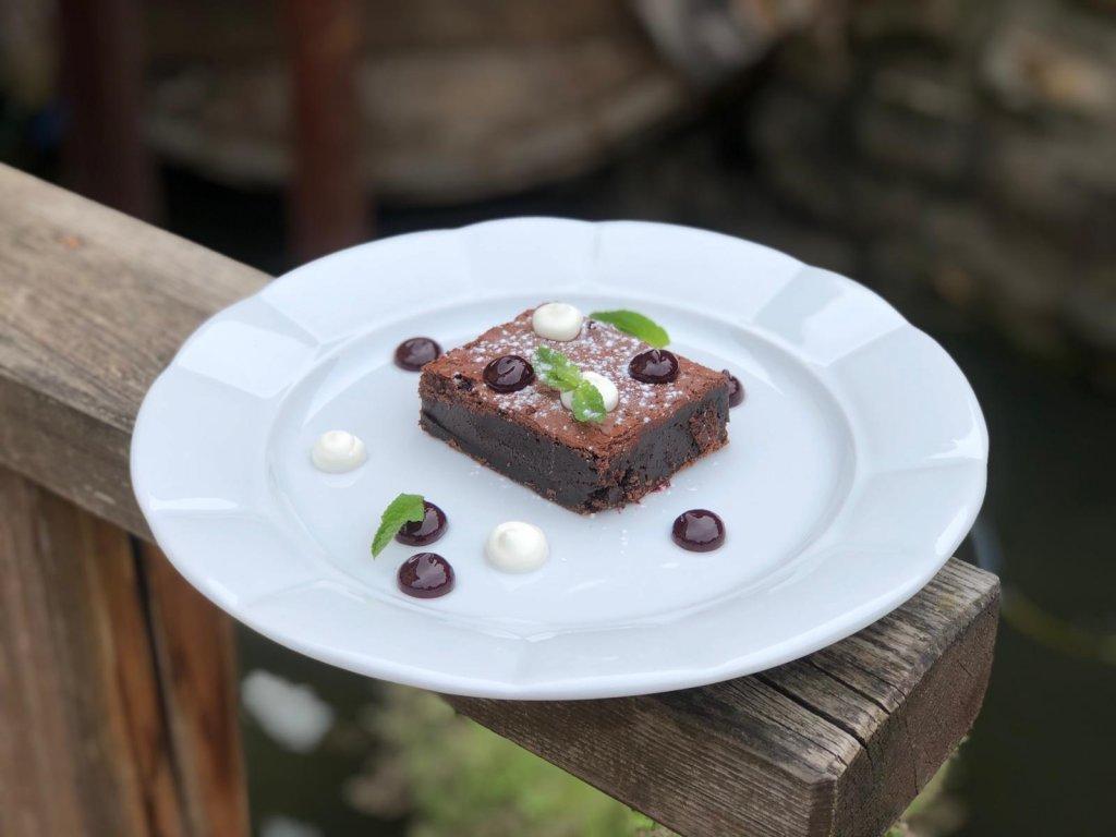 Čokoládové brownies se zakysanou smetanou, pyré z lesního ovoce