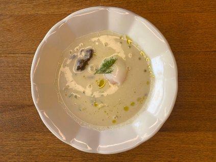 Selská kulajda s křepelčím vejcem, bramborem, houbami a koprovým olejem 1