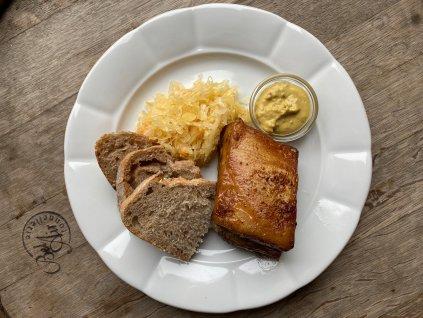 Pomalu pečené vepřové žebro na pivě sčesnekem a kmínem, zelný salátek zkysaného zelí, selská hořčice, chléb