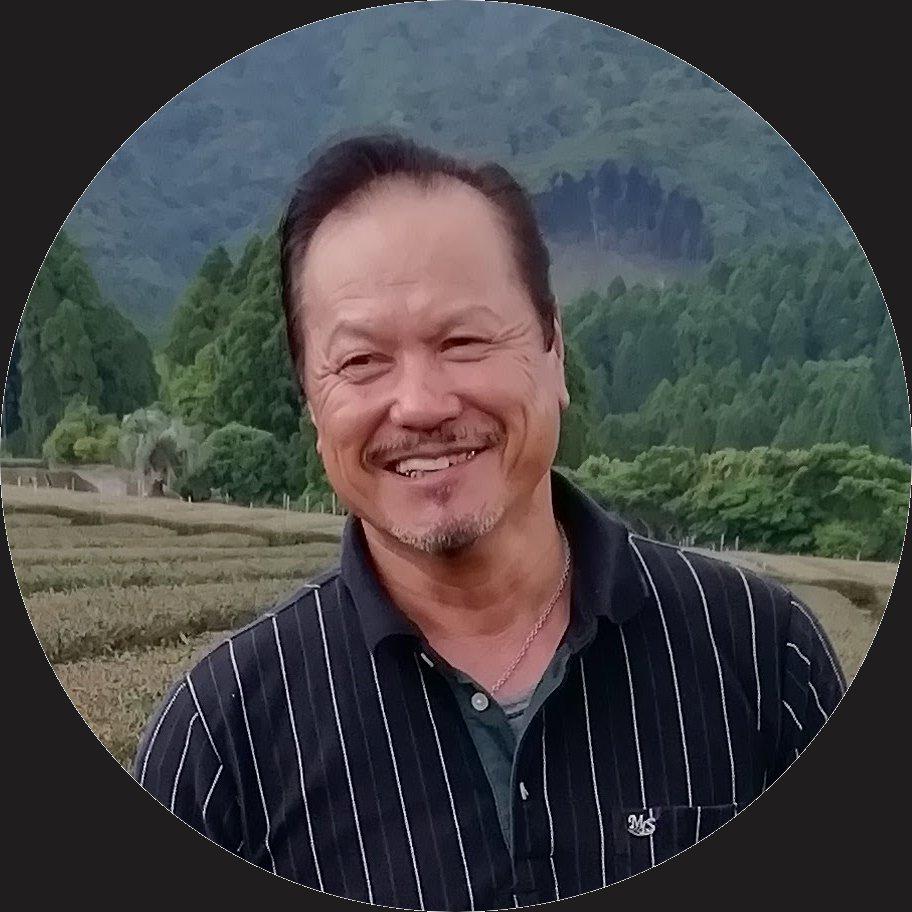 Mistr Sakamoto se věnuje pěstování organického gyokura již od roku 1985. V Japonsku je vyhlášený expert, právem přezdívaný 'gyokuro guru' pro své obrovské znalosti a úspěchy. Jeho čaje, kdykoliv vyvrátí tvrzení, že bez umělých hnojiv nelze vypěstovat dobré gyokuro. Mimo jiné vynalezl a vyrábí vlastní druh organického hnojiva, propaguje organické zemědělství a snaží se pomoci farmářům, kteří na něj chtějí přejít. Celý jeho přístup je založený na komplexním pohledu na půdu, rostliny a lidské bytosti jako na součást jednoho celku.