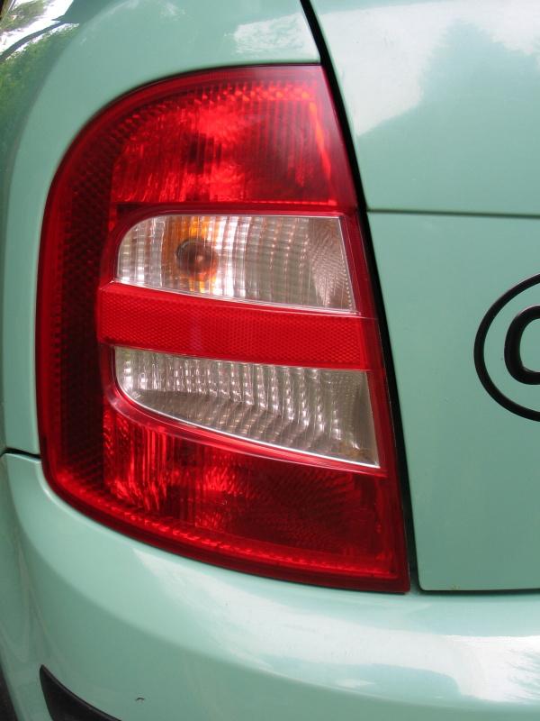 Zadní světlomet Škoda Fabia před leštěním pomocí sady Rowax