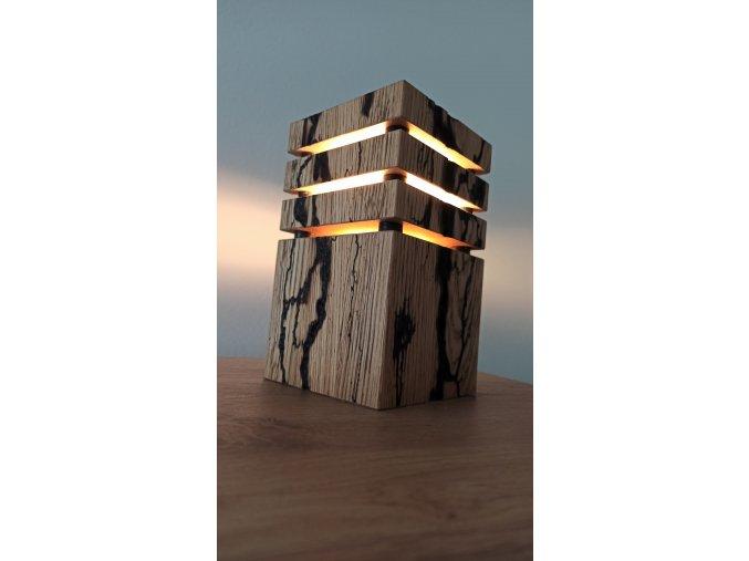 Dubová lampa s led žárovkou s lichtenberovými obrazci