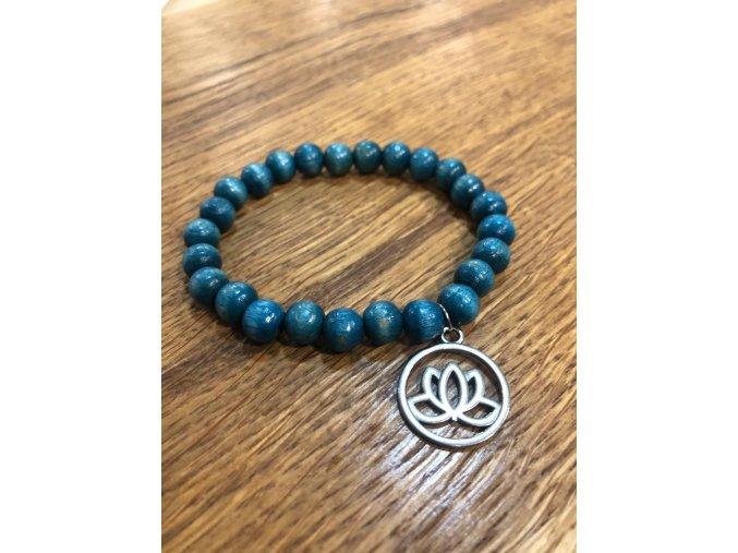 Náramek s modrými dřevěnými korálky s přívěškem LOTUS