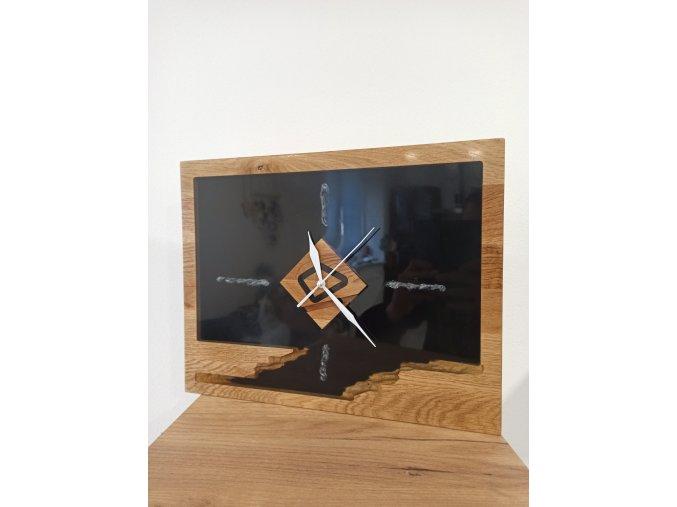 hodiny s 3D skalkou ve spodní části černým epoxidem a transparentním epoxidem v horní části.